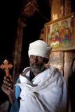 拿着十字架,埃塞俄比亚的教士 免版税库存图片