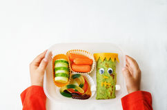 拿着午餐盒的儿童的手为万圣夜 库存照片