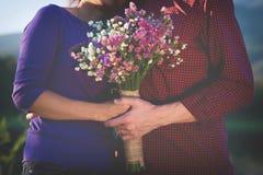 拿着华伦泰礼物和花,葡萄酒t的一对浪漫夫妇 免版税库存照片