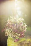 拿着华伦泰礼物和花,葡萄酒t的一对浪漫夫妇 库存照片