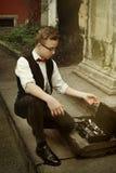 拿着单簧管和投入它的时髦的行家人在案件 免版税库存照片
