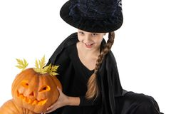 拿着南瓜的俏丽的女孩 万圣节 免版税库存图片