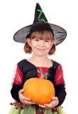 拿着南瓜的小女孩巫婆 免版税库存照片