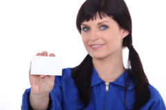 拿着卡片的妇女 免版税库存图片