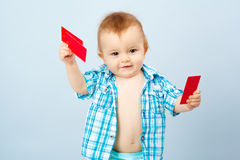 拿着卡片的孩子 库存图片