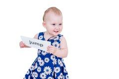 拿着卡片的小女孩 免版税库存照片
