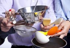 拿着厨具工具的现有量 免版税库存图片