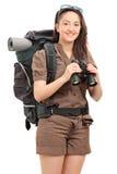 拿着双筒望远镜的一个女性远足者的垂直的射击 库存图片