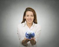 拿着发光的地球地球的妇女 免版税库存图片