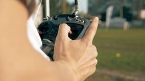 拿着发射机的手控制FPV寄生虫 库存图片