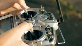 拿着发射机的手控制FPV寄生虫 免版税库存图片
