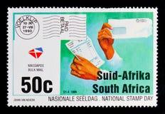 拿着发货票和大批邮件信封,邮票天serie的手,大约1993年 免版税库存照片