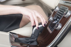 拿着变速杆的妇女手 图库摄影