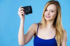 拿着古板的照相机的少妇 库存图片