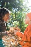 拿着叶子的孩子 图库摄影