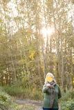 拿着叶子的资深妇女面对 免版税库存图片