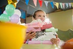 拿着各种各样的礼物盒的生日女孩 库存图片