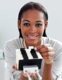 拿着名片持有人的女实业家 免版税图库摄影