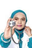 拿着听诊器的亚裔少妇医生 免版税库存图片