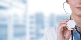 拿着听诊器的女性医生特写镜头的综合图象 免版税库存照片