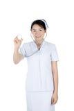 拿着听诊器的微笑的亚裔女性护士被隔绝在白色 库存照片