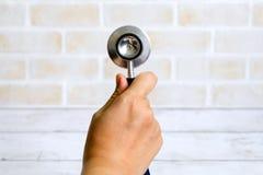 拿着听诊器的手 医疗保健和医疗题材 库存图片