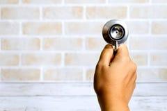 拿着听诊器的手 医疗保健和医疗题材 免版税库存照片