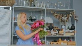 拿着和检查花束的专业卖花人在演播室 股票录像