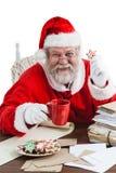 拿着咖啡杯的圣诞老人画象 库存图片