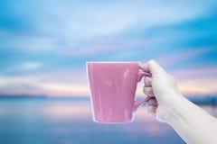拿着咖啡杯的妇女手 免版税图库摄影
