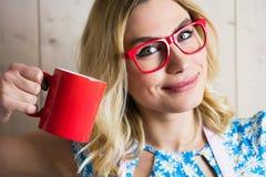 拿着咖啡杯的妇女画象反对纹理背景 库存照片