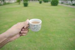 拿着咖啡杯的手 免版税图库摄影