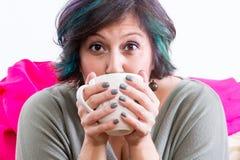 拿着咖啡杯的激动的妇女 免版税库存照片