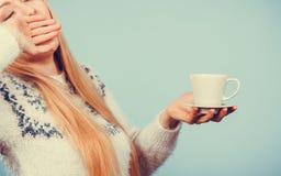 拿着咖啡的困妇女 免版税库存照片