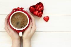拿着咖啡的妇女手 免版税库存图片