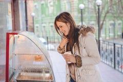 拿着咖啡的旅游妇女在城市 库存图片