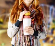 拿着咖啡的翻转者少妇 免版税库存照片