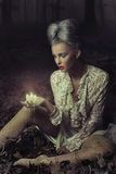 拿着哀伤的妇女的蜡烛 免版税库存图片