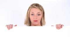 拿着哀伤的符号妇女的白肤金发的表达式 图库摄影