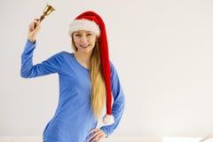 拿着响铃的圣诞节妇女 免版税库存图片