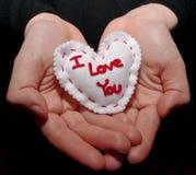 拿着唯一白色心脏的杯形手 免版税库存图片