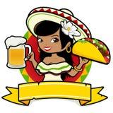 拿着啤酒和炸玉米饼的墨西哥妇女女服务员 免版税库存照片