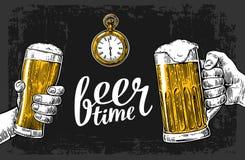 拿着啤酒杯杯子的两只手 手拉的设计元素 向量例证