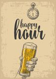 拿着啤酒杯的男性手 葡萄酒标签的,海报,菜单板刻例证 在米黄背景 愉快 皇族释放例证