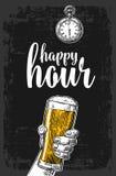 拿着啤酒杯的男性手 葡萄酒标签的,海报,菜单板刻例证 在黑暗的背景 愉快 库存例证