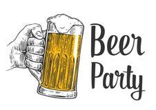拿着啤酒杯的男性手 葡萄酒网的板刻例证,海报,对啤酒党-时刻的邀请喝 Iso 库存例证