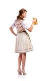拿着啤酒的传统巴法力亚礼服的妇女 免版税库存照片