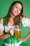 拿着啤酒的妇女 免版税库存图片