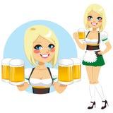 拿着啤酒的慕尼黑啤酒节女服务员 免版税库存图片