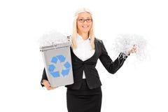 拿着回收站的女实业家 免版税库存照片